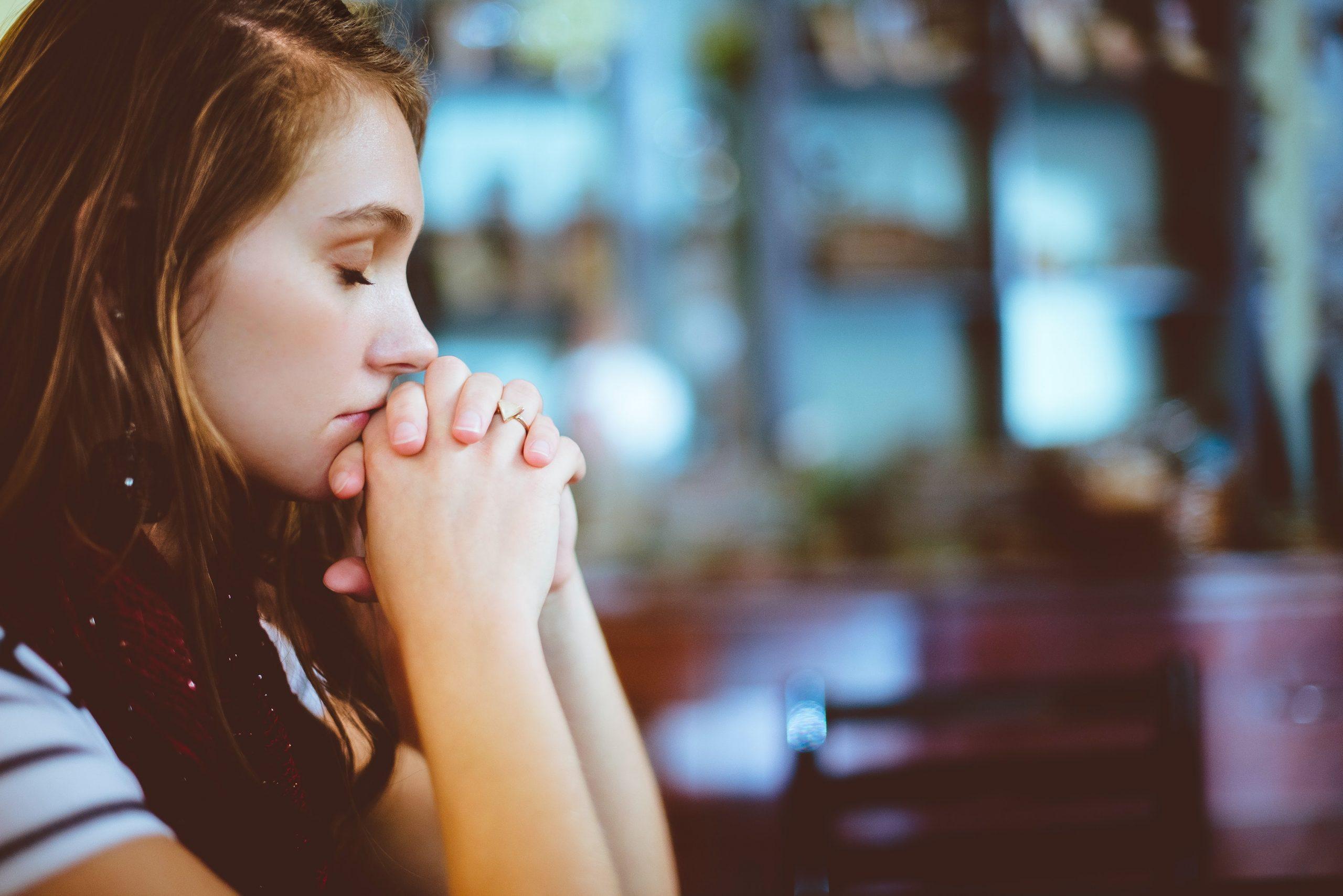 alázatos lány imádkozva