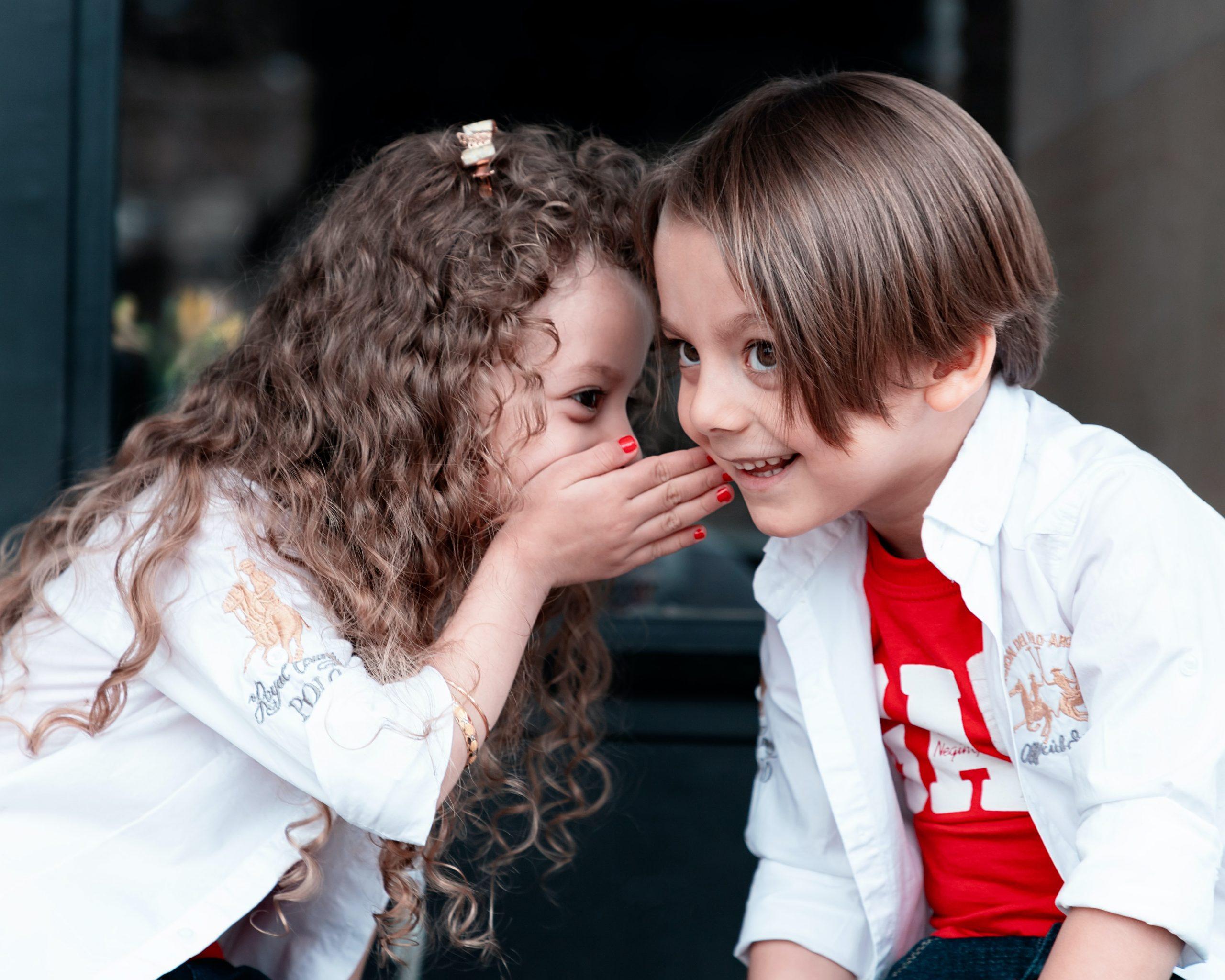 két gyerek beszélget